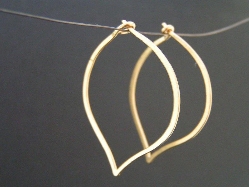 11cbd56aac3 Håndlavet i 18 karat guld. 2.300,00 DKK. Bladformede hoop øreringe